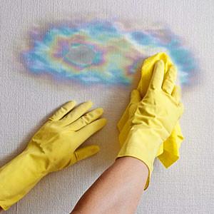 Удалить масляные и жирные пятна на потолке или стене своими руками