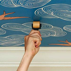 Клеить бумажные обои на стены или потолок своими руками