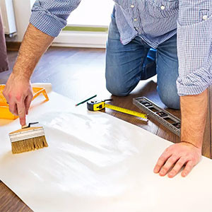 Клеить виниловые обои на стены или потолок своими руками